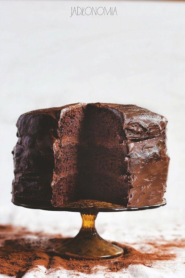 To nie jest prosty przepis, gdzie wystarczy zmieszać suche składniki z mokrymi. To nie jest zdrowy przepis, pełen mąki pełnoziarnistej i żytniej. Ale zapewniam, że jest to przepis na najlepsze wegańskie czekoladowe ciasto, jakie kiedykolw[...]