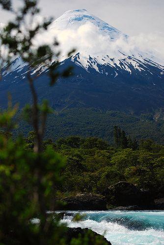 Volcan Osorno visto dos Saltos de Petrohué em Puerto Varas