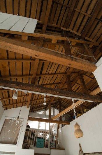 梁をむき出しにした重厚感のある天井。照明の傘も手作り。