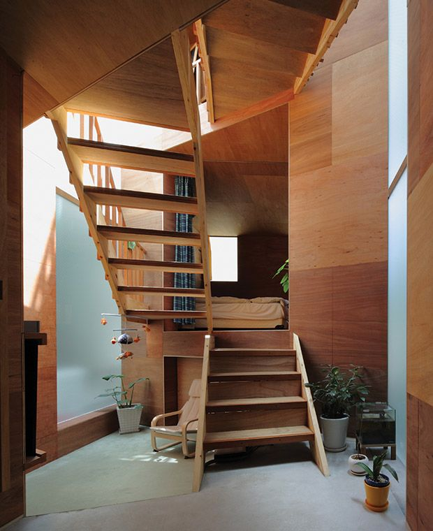 Inside the Kobe house, short flights of stairs separate sleeping and working zones, creating the sensation of more space.
