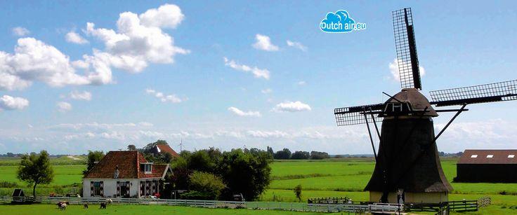 """Molens Hoeveel molens zijn er in Nederland? Om precies te zijn: 1048 stuks! De vraag rijst; """"Is er genoeg wind voor zoveel molens""""? De meeste jaren is dat het geval maar in het jaar 1928 was de wind schaars. De Nederlandse regering vaardigde toen een decreet uit waarin de bevolking werd gevraagd om te blazen in de richting van de dichtstbijzijnde molen om op die manier de wieken in beweging te zetten. Aangezien niet iedereen begreep uit welke lichaamsopening er geblazen diend…"""
