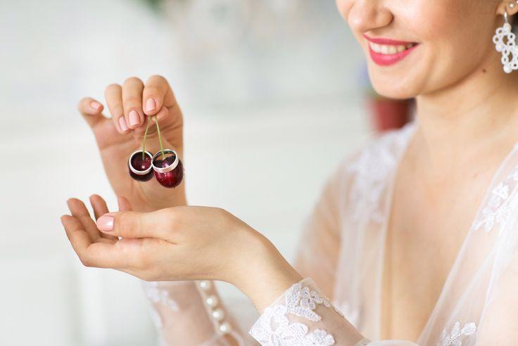 Идея для съемки обручальных колец для свадьбы в бордовом цвете или свадьбы с вишнями. Фото: Елена Милютина