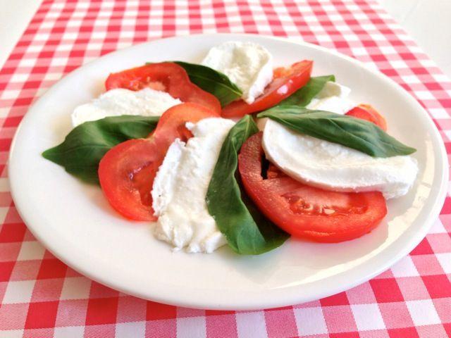 De Salade Caprese is een heerlijke verse salade en een zeer populair Italiaans gerecht. Maar hoe komt dit gerecht toch aan haar naam? Lees alle info hier!