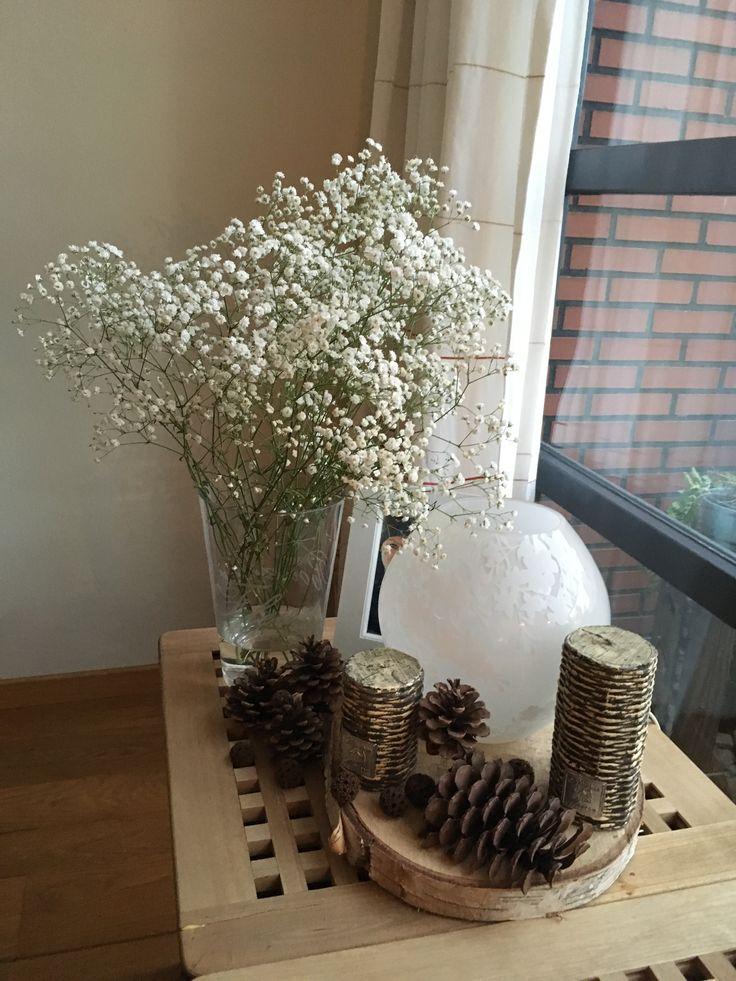 Farmhouse style homedecor with rattan like candles, pinecones, lamp and gypsophila / landelijke woondecoratie met riet gevlochten kaarsen, lamp, dennenappels en gipskruid