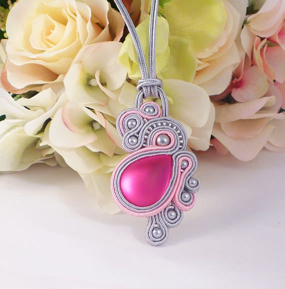 Collar color de rosa del soutache. Decoraciones de abalorio.