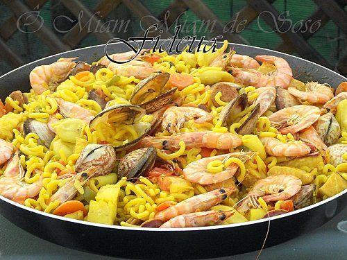 FIDEUA (Pour 4 P – BOUILLON : 2 kg de poissons (arêtes, rascasse, congre), 1 oignon, 1 tomate, 10 cl d'huile d'olive, piment doux, 1 ½ L d'eau) (GARNITURE : 1 carotte, 2 tomates, safran, curcurma, sel/poivre, paprika, 1 poivron vert, 1 poivron rouge, 60 g de chorizo, 300 g de calamar, 500 g de poissons blanc, saumon, lotte, 500 g de coquillages (moules, coques, amandes, 500 g de gambas, 100 g de petits pois, 500 g de pâte Fideuà  ou spaghettis courts)