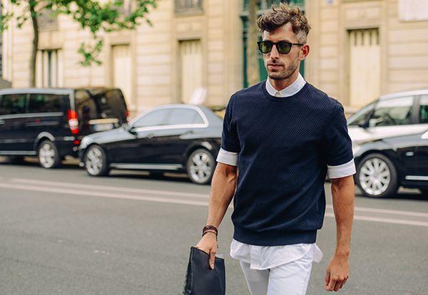 Yシャツの上にTシャツを重ねたレイヤードコーデ。Tシャツ 重ね着のアイデア