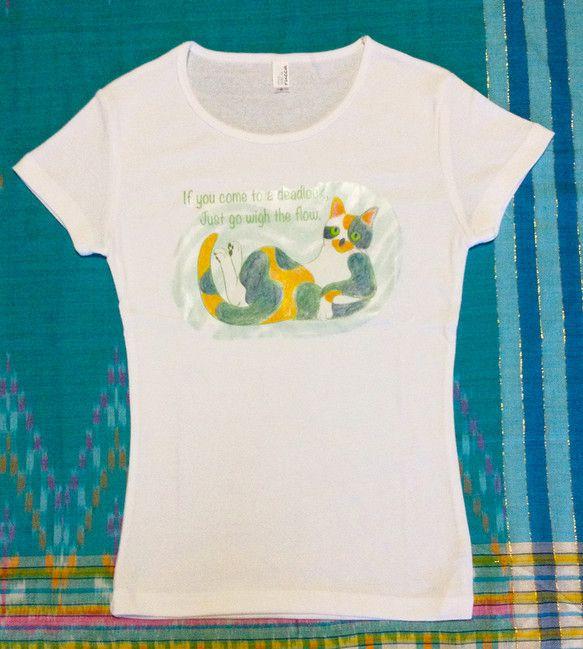 「寝そべる三毛猫」のオリジナルプリントTシャツです。アイロンプリントですが洗濯にも強いタイプです。洗濯後のアイロンは、プリント部は裏からあてるか当て布を使用す...|ハンドメイド、手作り、手仕事品の通販・販売・購入ならCreema。