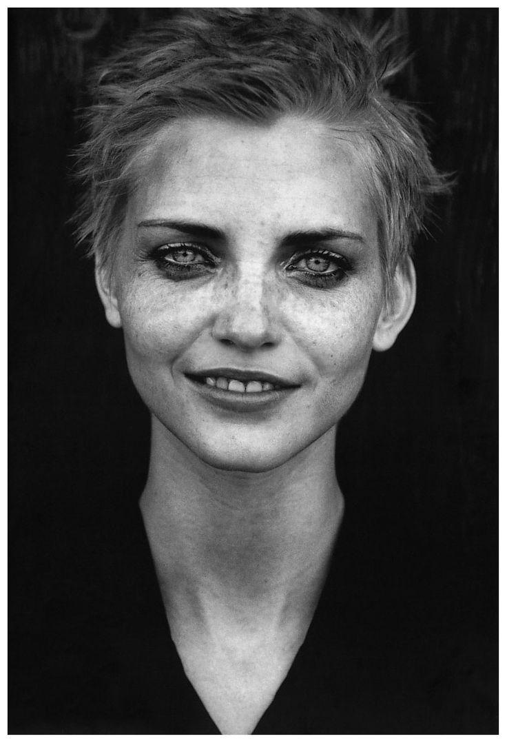 nadja-auermann-by-peter-lindberg-1995. Lindberg gaat in al zijn foto's voor de 'natuurlijke' look.