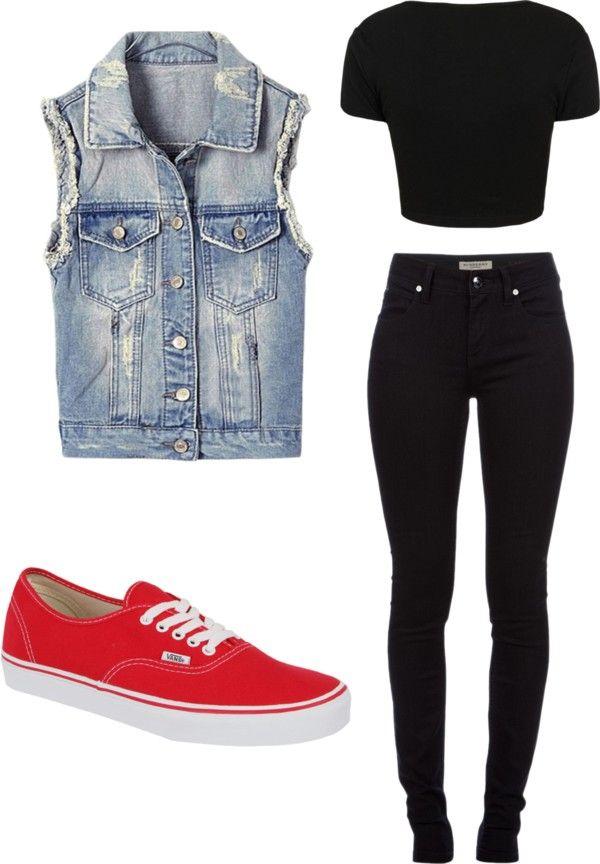 Colete jeans em conjunto com calças pretas.