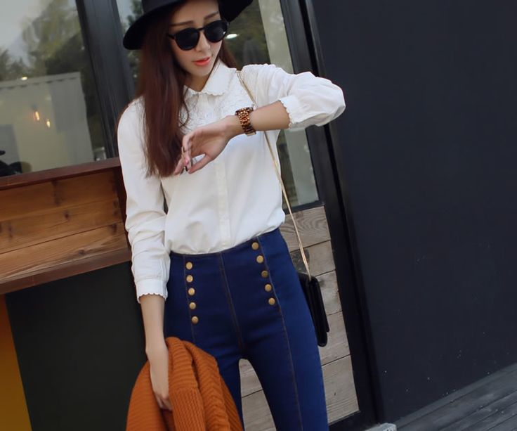Apparu dans les années 70, le jean taille haute est aujourd'hui considéré comme un basique que l'on doit absolument trouver dans son dressing. La raison ? Il s'adapte à tous les looks et toutes les morphologies. Sa coupe cintrée élance la silhouette, allonge les jambes, aplatit le bidon et sublime le postérieur. En d'autres termes… Le pantalon idéal ^-^