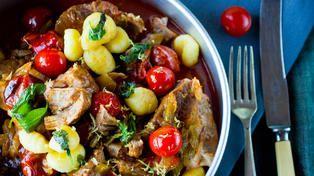 Svinenakke med sitron, salvie og tomat