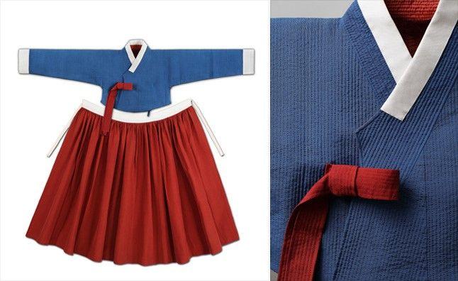 (Chogori),저고리, 치마 | 75×46cm, 115cm 누비는 옷감을 두툼하게 만들어 보온성을 높이기 위해 두겹의 얇은 옷감 사이에 솜을 넣은 후 일정한 간격으로 촘촘하게 꿰매는 기법이다. 겨울이 길고 추운 우리나라의 기후를 슬기롭게 대처하고자 하였던 여인들의 예지를 엿볼 수 있다