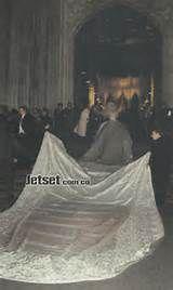 Thalia y Tommy Mottola dándose su primer beso de esposos