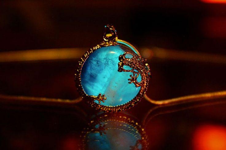Confectionnés à la main, ces bijoux phosphorescents vous transportent dans un…