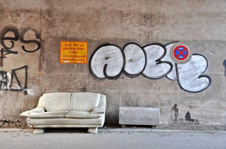 """Lübeck - Andernorts wäre es Kunst, als eine von mehreren zugemüllten Zufahrten zu Blockbinnenhöfen ist es einfach nur traurig. Städtischer Besitz, aber anscheinend ohne geregelte Zuständigkeit? Am schlimmsten in der Königstraße 76, mittendrin, hier """"nur"""" in der nachrangigen Lederstraße."""