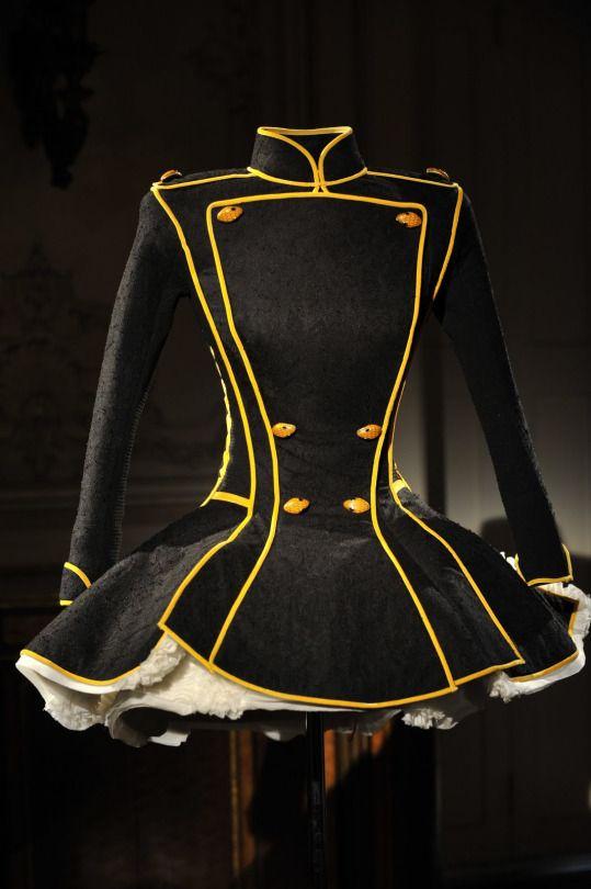 J'ai un léger faible pour les tenues style uniforme. Je pensais à demoiselle d'honneur pour une garde d'honneur ^^
