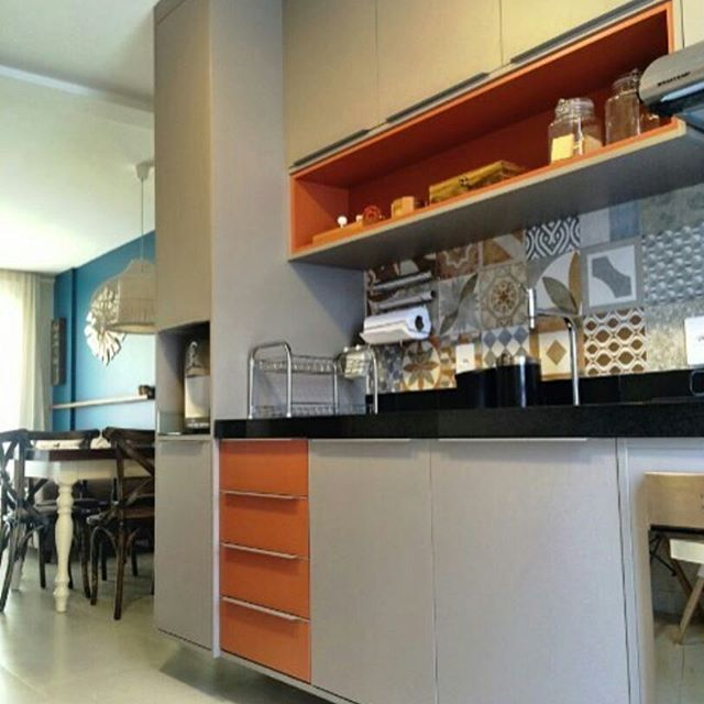 Lindo lindo lindo esse projeto da arquiteta Vanessa Borges {💜} combinação perfeita de cores @depositocriativo. Ladrilho em porcelanato Cerâmica Portinari. Cozinha, cocina, kitchen, cores na cozinha, laranja.