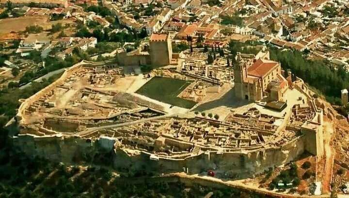 ¿Sabes por qué la Fortaleza de la Mota es uno de los monumentos más visitados de Jaén? Cientos de personas han visitado la ciudad medieval estos días y ya conocen los motivos. Es maravillosa!! Abrimos todos los días de 10:00h a 18:00h. #tuhistoriaenotoño