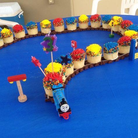 Postre, pastel o cupcakes para el cumpleañero. Tienes varias opciones, cupcakes como vagones, cupcakes en torre, o un pastel decorado del tren Thomas y sus amigos