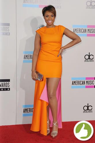 Jennifer Hudson também acertou ao escolher um vestido Dior assimétrico. A cantora apostou em uma make ousada com delineador azul para combinar.