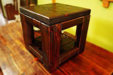 Mesa de rincón, fabricada con madera de pino oregón, acabado nogal.