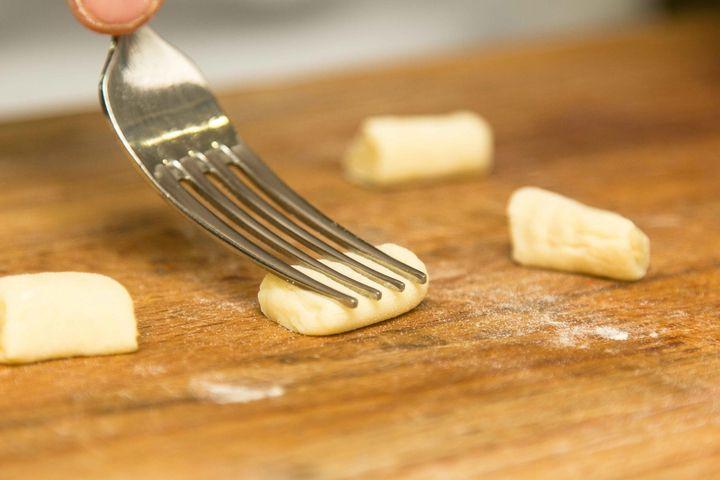 Ньокки картофельные - пошаговый рецепт с фото: Подготовить ингредиенты. Отварить картофель в мундире в соленой воде. Очистить картофель. В миску насыпать муку. Туда же... - Леди Mail.Ru