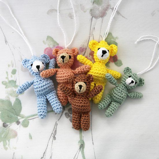 Cute little teddy bear to hang as a luck charm on your child school bag or why not on your own handbag? Tutorial*  ✿⊱╮Teresa Restegui http://www.pinterest.com/teretegui/✿⊱╮