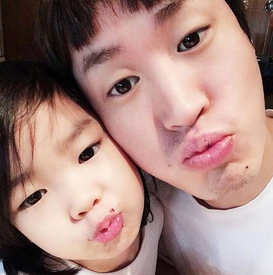 Tablo and Haru show off their similar cute looks in cute father-daughter selca | http://www.allkpop.com/article/2014/06/tablo-and-haru-show-off-their-similar-cute-looks-in-cute-father-daughter-selca