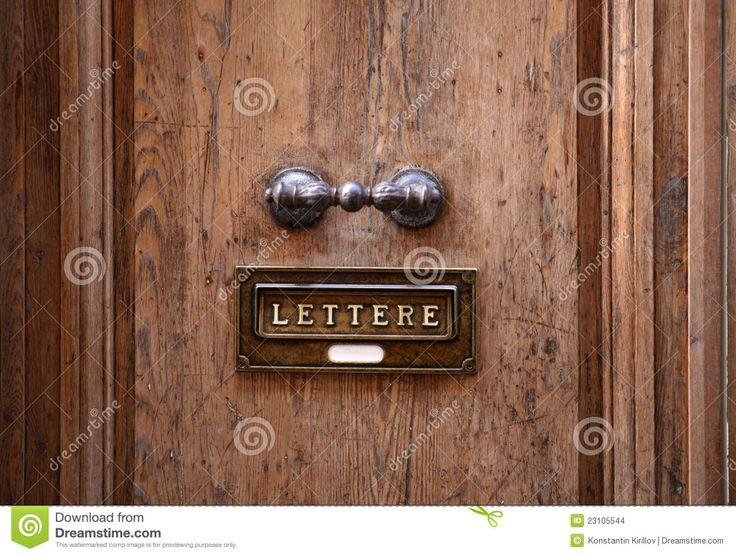 Oude deur met brievenbus.
