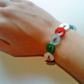 En Guiainfantil.com te enseñamos a hacer una sencilla y original pulsera de botones. Reutilizando botones antiguos y que ya no usáis, podéis elaborar esta preciosa pulsera de botones con los niños. Un regalo ideal para aprender a respetar el medio ambiente.