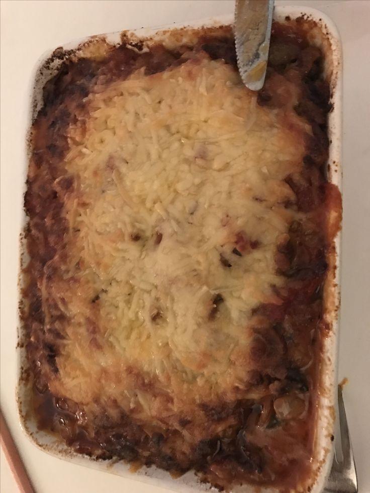 Lasagne van plakjes gegrilde aubergine, gehakt, tomatenblokjes, tijm, mozzarella, parmezaan en geraspte kaas