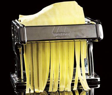 Den bästa hemgjorda pastadegen gör du av durumvetemjöl. Knåda mjölet med hela ägg, äggulor, vatten och olivolja. Degen ska sedan vila innan den kan kavlas ut. Skär pastan med kniv om du saknar pastamaskin. Prova gärna också att göra pasta med smak av örter.