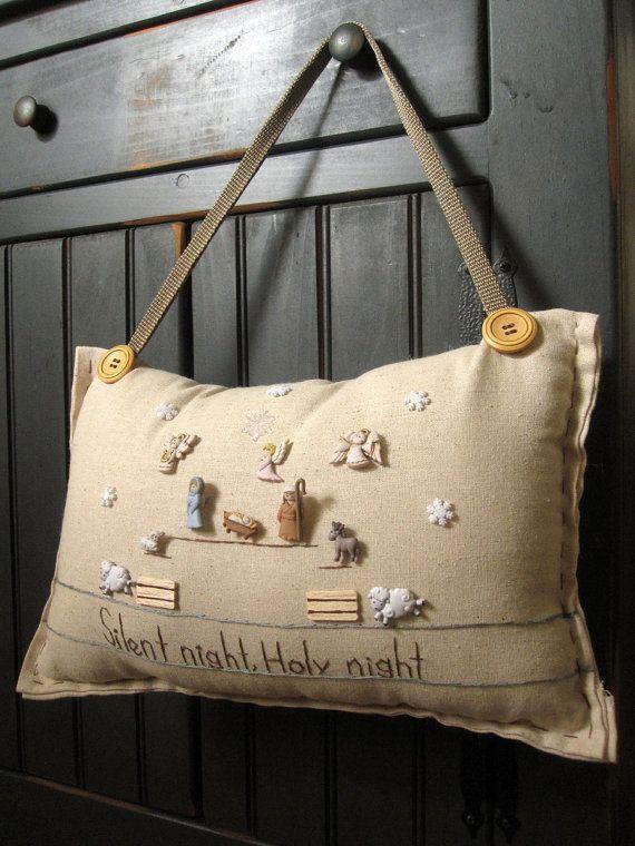 Este muselina colgando almohada bordado está hecho a mano. Lee Silent Night, Holy Night y es perfecto para la decoración de Navidad! El tamaño es
