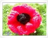 Broche fleur pomponette rouge au coeur noir  Très belle broche toute en volume crocheté main en laine rouge au cœur noir . Qui mettra en valeur toutes vos tenues .  Chaque pièce est unique