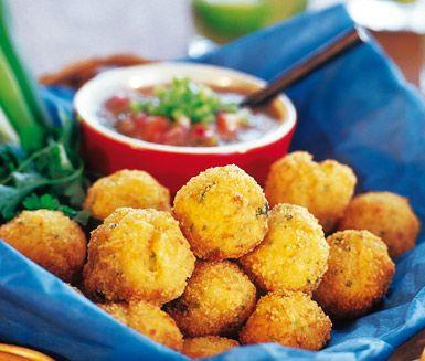 Dessa friterade fiskbollar, även kallade Bolinbo de Bacalau, tillagar du av bakpotatisar, torskfilé, lök och ströbröd. Servera dessa fiskbollar med chilisås eller pikant lantsås.