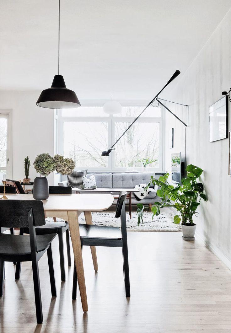 Nordisk stue med dekorativ væglampe