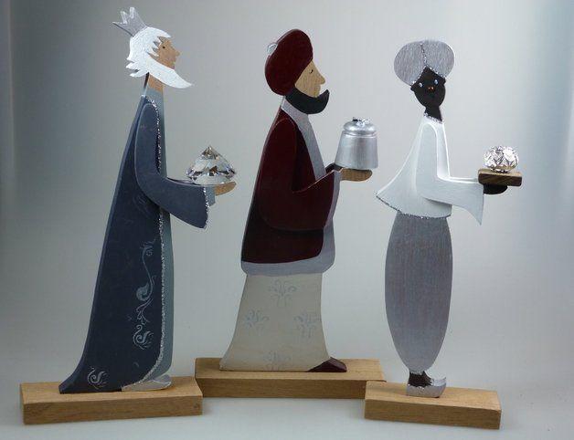 *Hier stelle ich Ihnen eine neue Variation der Hl. 3 Könige vor* Die Figuren wirken in der Dreiergruppe sehr edel. Sie sind aufwendig dekoriert, Silber ist die dominierende Farbe. Die Gaben der...