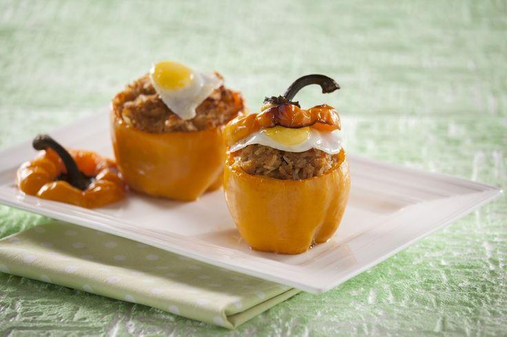 Apresentamos umas entradas diferentes. :) Prepare pimentos recheados com alheira e ovos de codorniz. Clique aqui: