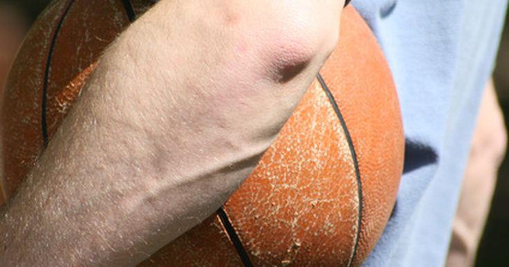 Exercícios para força e condicionamento no basquete. O basquetebol é um jogo de explosão. Seja dirigindo-se para a cesta, saltando para arremessar tiros de longo alcance ou jogando na defesa, um jogador rápido é mais eficaz. Usando o exercício certo para força e condicionamento, pode-se melhorar a habilidade e rapidez explosiva. Como acontece com qualquer novo tipo de programa de exercícios, ...