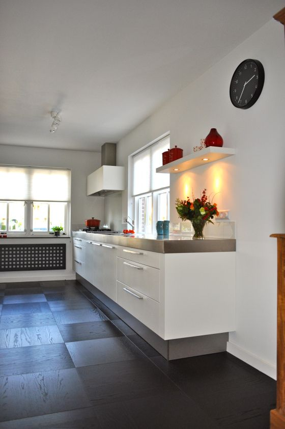 moderne witte keuken met rvs keukenblad | Stylist en Interieurontwerper www.stijlidee.nl