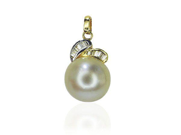Südseeperlenanhänger mit einer #Perle mit 14,26 mm Breite. Auf die Perle wurden wie 2 Blätter, 15 #Diamanten im #Smaragdschliff mit 0,339 ct gearbeitet. Die Öse und die Halterung der Perle sind in 14 kt #Gelbgold gearbeitet. Dieser schöne #Anhänger wird ohne Kette verkauft. Passenden Ring und Ohrringe finden Sie ebenfalls in der Börse.  Gewicht der Edelsteine: 0,339 ct  http://schmuck-boerse.com/halsschmuck/43/detail.htm http://schmuck-boerse.com/index-gold-halsschmuck-2.htm