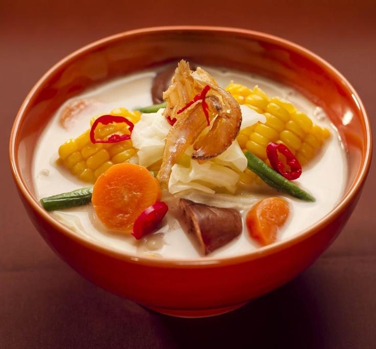 """Seporsi Sayur Lodeh, nasi hangat, dan sambal sebagai """"pengganjal"""" perut siang ini. Salah satu bukti kekayaan kuliner khas Indonesia. Apa menu makan siang kamu hari ini?"""