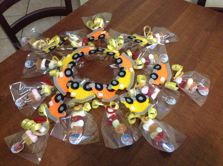 Spiedini di caramelle e marshmallow con coccarda di cars e camioncino in pannolenci fatto a mano.Questa è una sfiziosa idea da usare come fine festa di compleanno(tema cars,ruspe,camion e trattori)