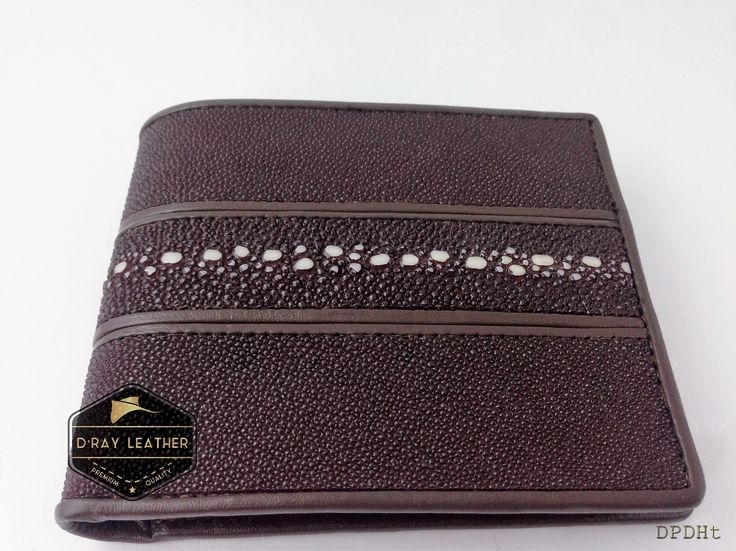 A stingray wallet for men pearl row [Horizontal Style]   Black   by @drayleather . These stingray wallets have a pebbly texture with a highlighted central diamond. This classic design of stingray wallet is the most popular. . A beautifully handmade example of a sting ray wallet with a full cow skin interior. . • Hand selected stingray skin direct from the tannery. • Hand cut leather • A grade cowskin interior • 9.5cm x 11.5cm • card holders • ID holders • compartments • Bi..