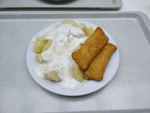 Kartoffeln mit 2 mit Frischkäse gefüllten Kartoffeltaschen und Kräuterquark-Dip