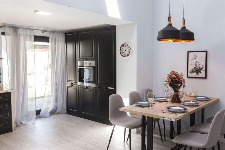 Locul de sufragerie este în ansamblul camerei de zi, în vecinătatea bucătăriei.