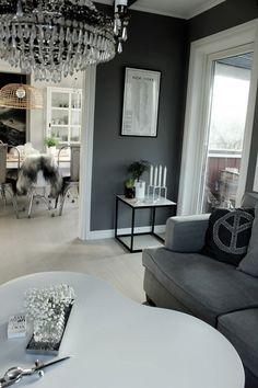 diy bord, diy marmorbord, marmorskiva, plastfilm marmor, svart sidobord, ikea sidobord, grå vägg, vardagsrum, grå tygsoffa, vitt golv, tarkett, parkettgolv i vardagsrum, treklöver bord, soffbord, vitt, matstolar, fårskinn, inredning, inspiration kudde peacetecken, kuddar i soffa, soffa mio, xl soffa, matsal, brudslöja, blommor,