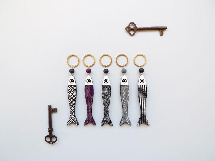 antiche chiavi e portachiavi contemporanei     sobriamente giapponesi.   KEY-FISH: portachiavi in legno dipinto e laccato a mano, rilie...