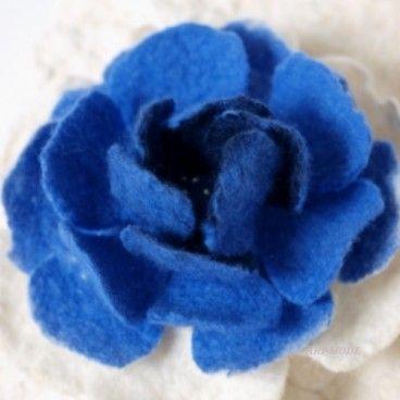 Róża z niebieskim Broszka wykonana ręcznie techniką filcowania czesanki wełnianej merynos australijski. Elegancka i nietuzinkowa będzie stanowić oryginalny dodatek do szalika, bluzki lub płaszcza.   www.KuferArt.pl